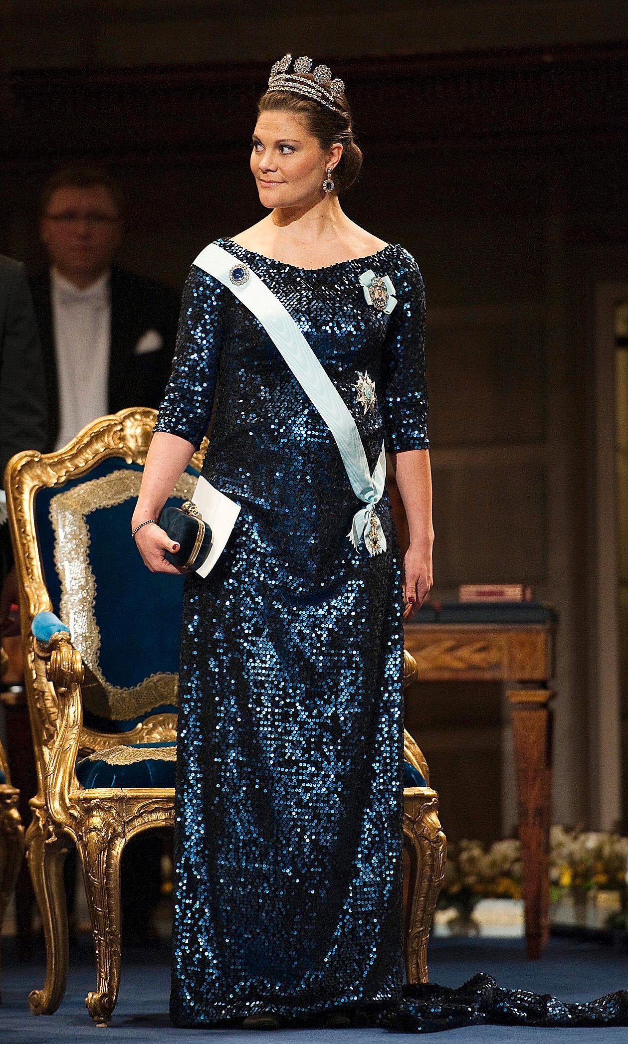 2011.Pär Engsheden stod för designen. Med lilla Estelle i magen bar hon upp paljettklänningen med elegans.