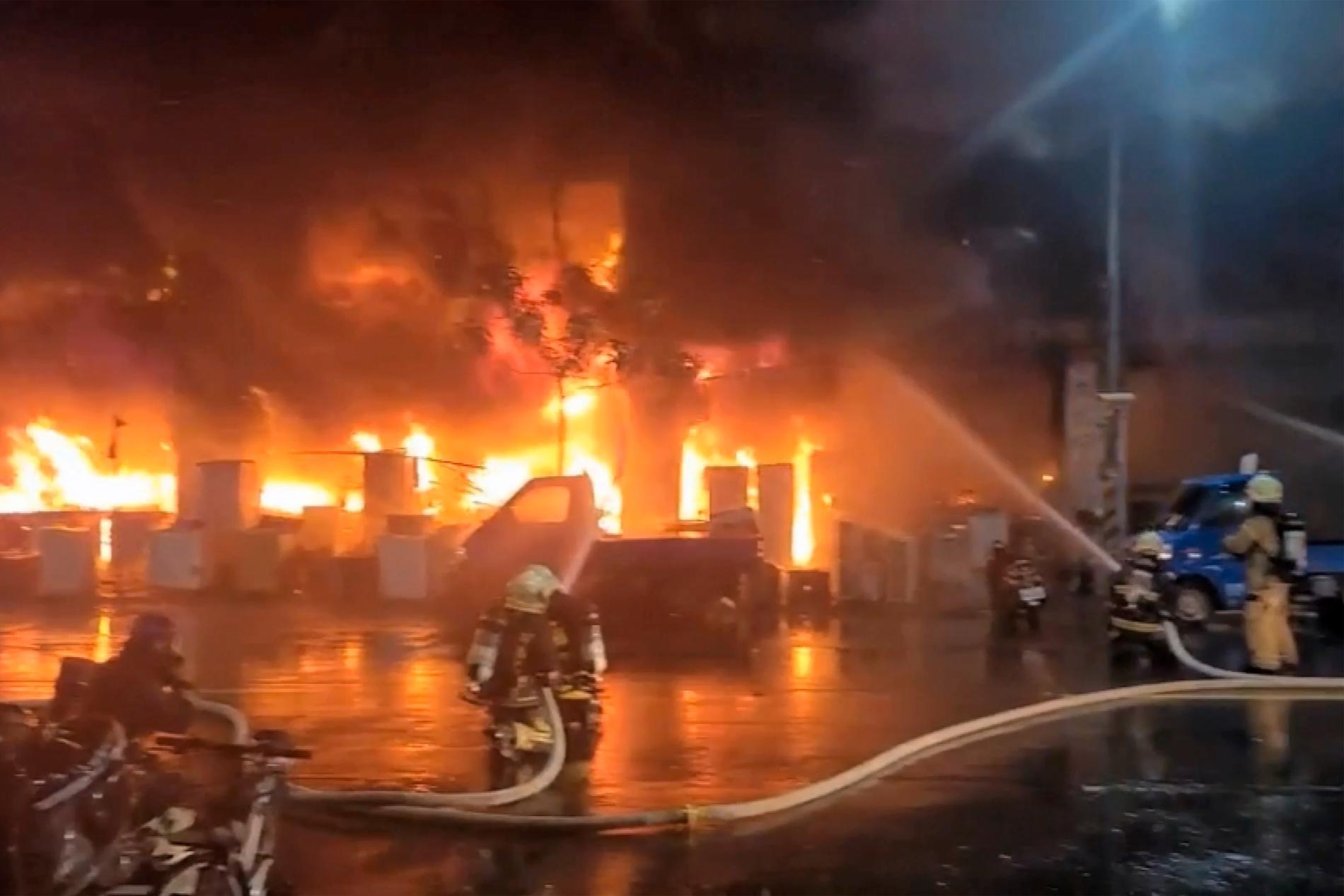 13-våningsbyggnaden började brinna under natten mot tisdagen lokal tid i Kaohsiung i södra Taiwan.