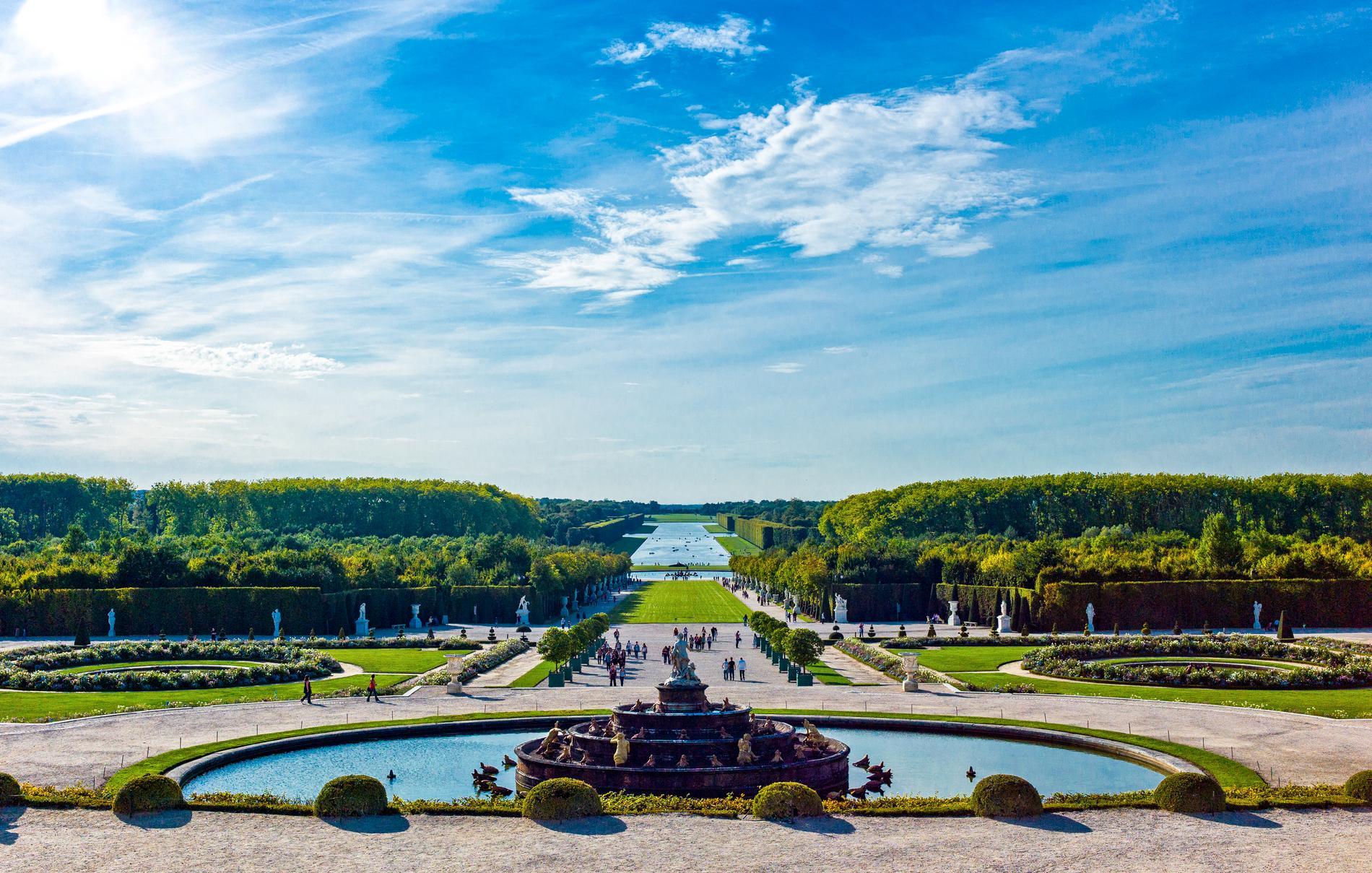 Utanför Paris ligger Versailles, där Marie Antoinette levde.