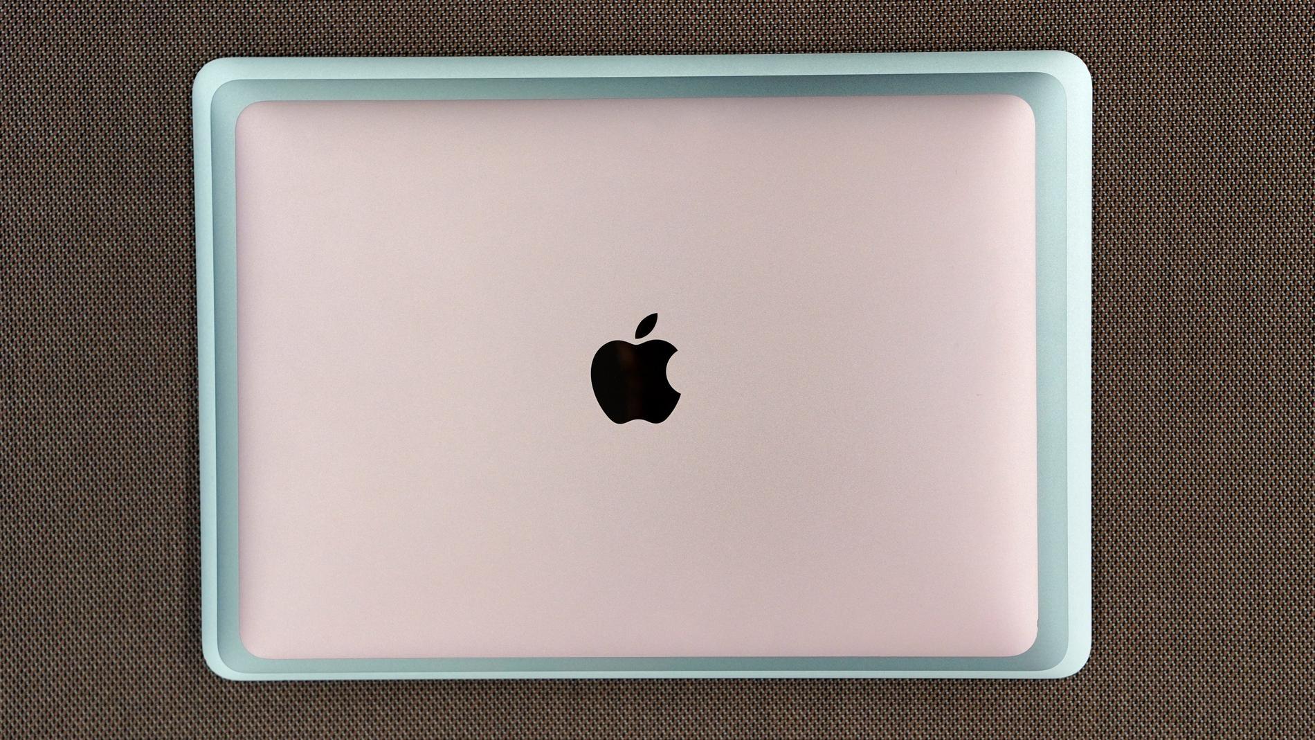 Nedifrån och upp: gamla Macbook Air 13, nya Macbook Air 13 och Macbook 12.