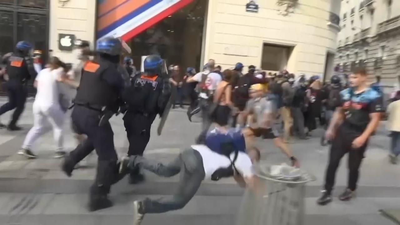 På flera håll i landet uppstod våldsamheter i samband med demonstrationerna.