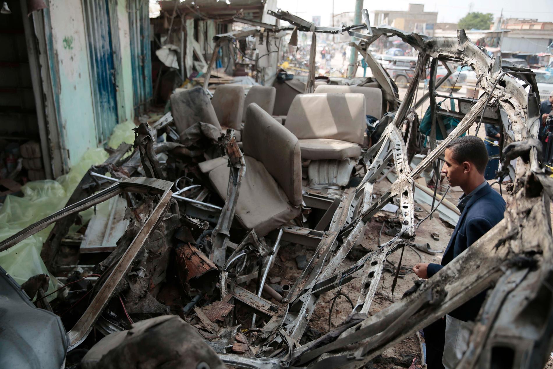 Flera personer har dödats i en attack mot en marknad i provinsen Saada i nordvästra Jemen. Uppgifterna om vem som ligger bakom attacken går isär. På bilden vraket av en buss som förstördes vid en attack i Saada i fjol. Arkivbild.
