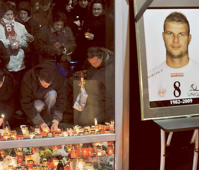 Sörjande hedrade den mördade handbollsspelaren Marian Cozma.
