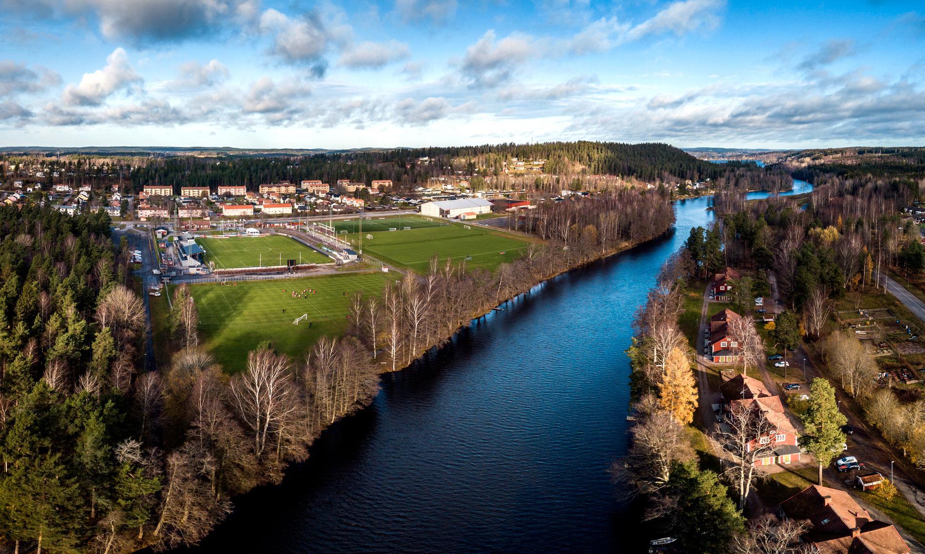 Drönarbild över Stora Valla och Letälven som mynnar ut sjön Möckeln.