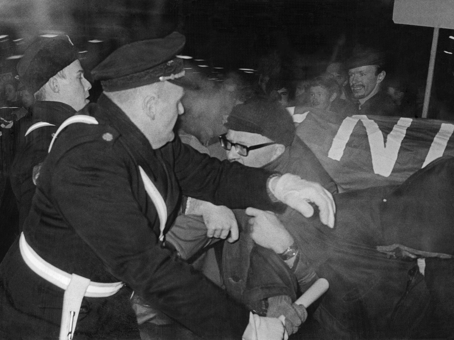 Jan Myrdal under våldsam demonstration mot Vietnamkriget.