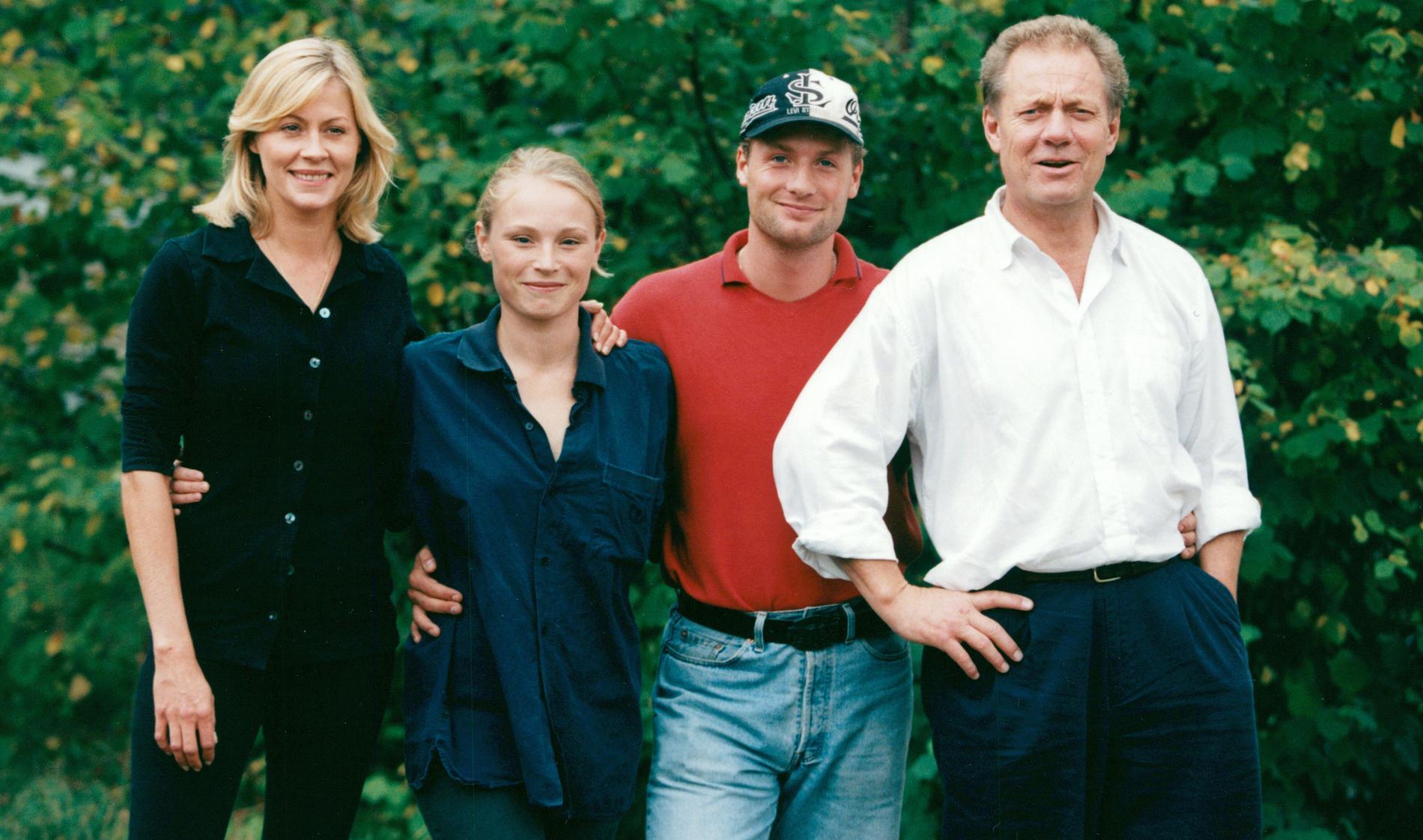 """Tv-såpan """"Skilda världar"""" med Nina Gunke, Karolina Pleijel , Matti Berenett och Lars-Erik Berenett 1997."""