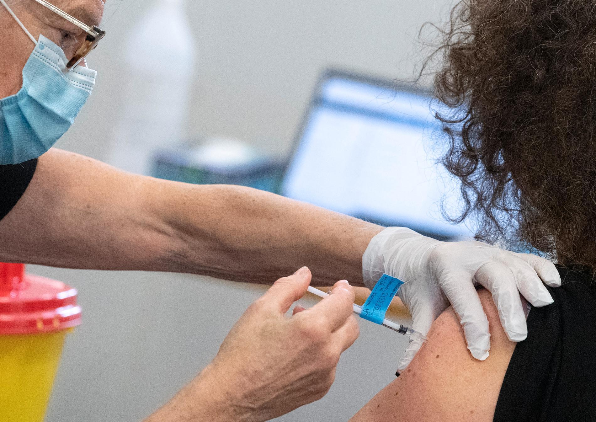 Läkemedelsverket har hittills granskat en tiondel av alla rapporter om biverkningar av covidvaccinet som kommit in. Arkivbild.