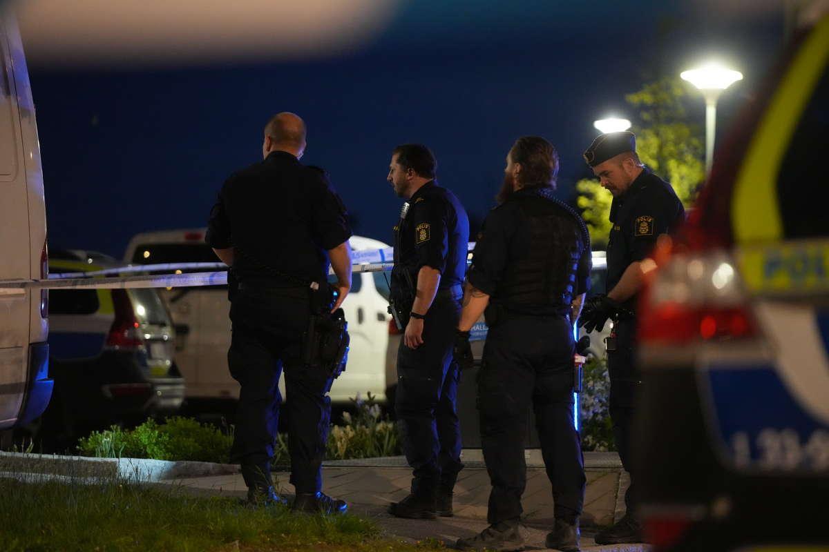 Ett vittne berättar att det hördes tre skott.