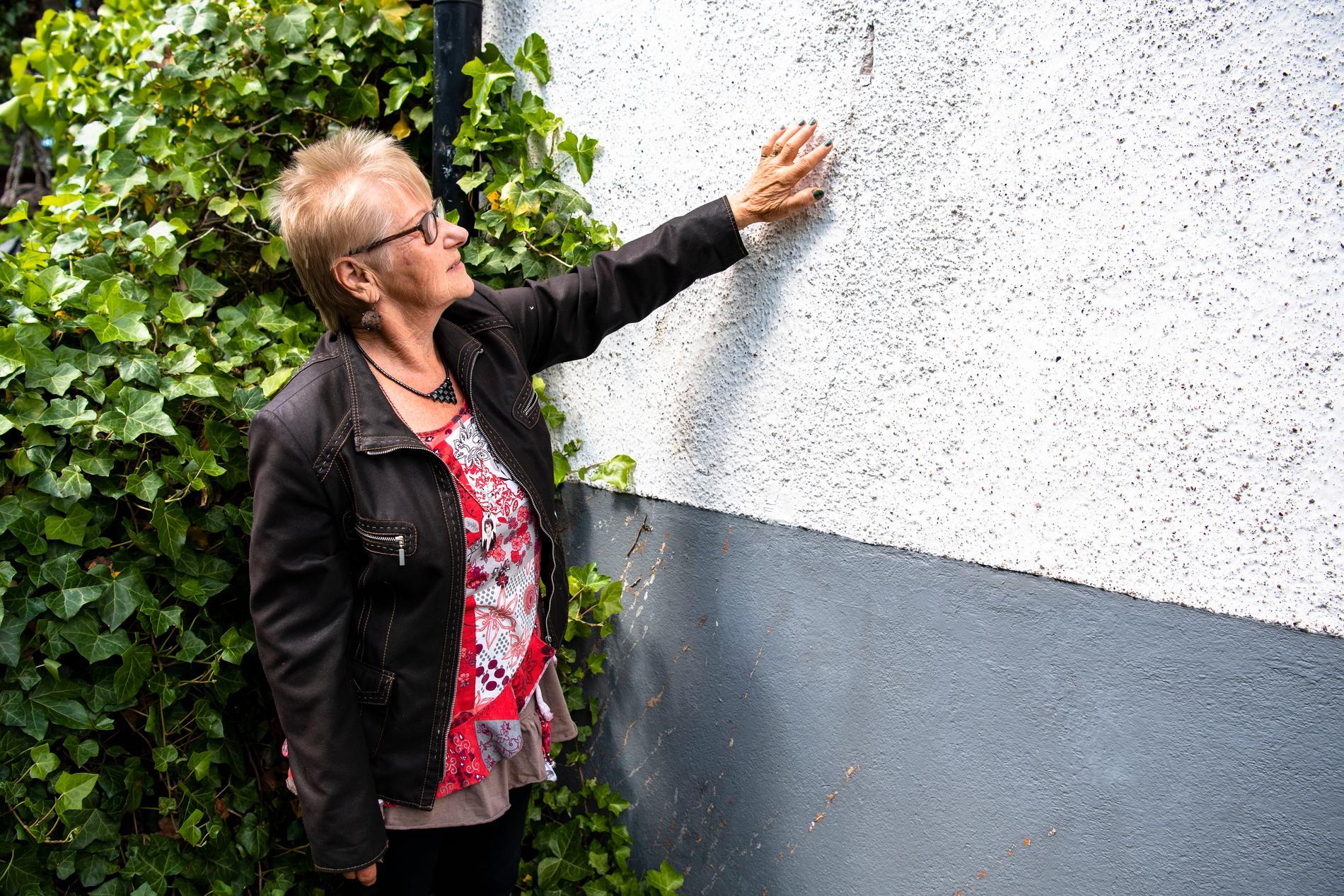 På vissa delar i fasaden kan Airi Grahnström få in hela handen i sprickorna.