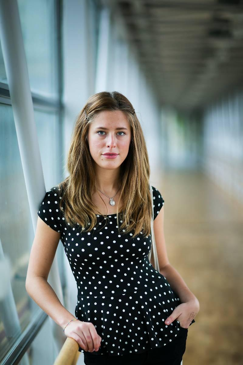 """HÅRD PRESS  Julia har dels ärftliga anlag för migrän men också tror att hennes eget sätt har förvärrat sjukdomen. """"Jag är ambitiös och vill alltid göra mitt bästa vilket har gjort att jag nog pressat mig själv lite för hårt"""", säger hon.  Namn: Julia Hallström.  Ålder: 21.  Familj: Mamma, pappa och två systrar.  Bor: Göteborg, med två kompisar.  Gör: Studerar till läkare."""