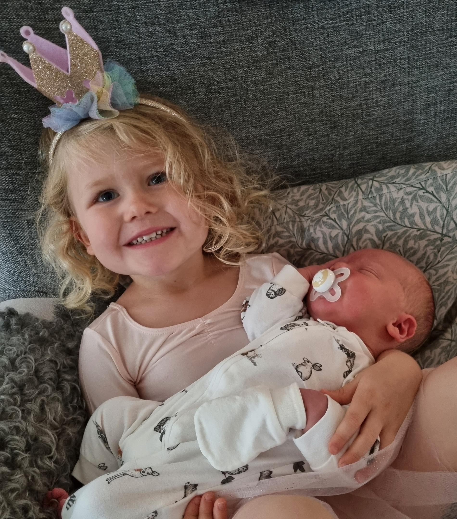 Clara med sin lillebror Oscar.