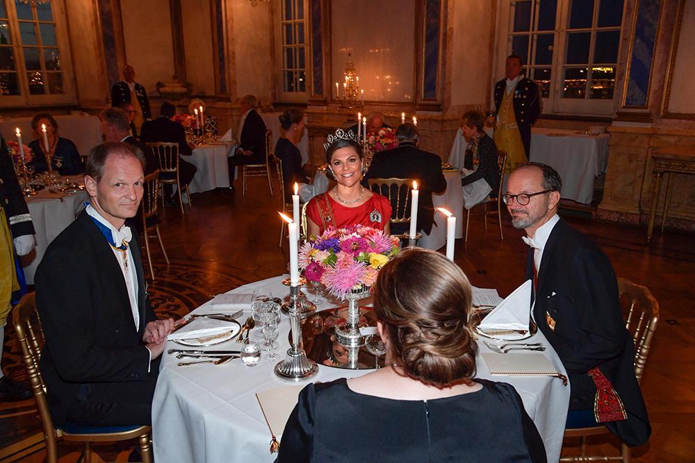 På grund av restriktionerna är det ett begränsat antal gäster som är med på kvällens galamiddag. Man har även delat upp gästerna vid flera mindre bord istället för långbord.
