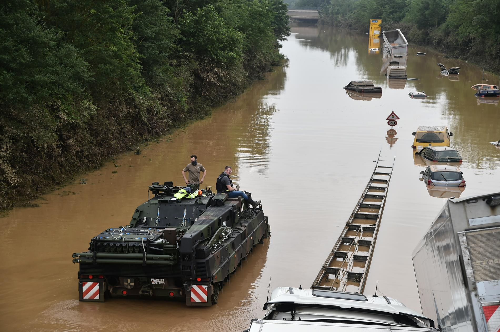 Militären hjälper till med sökinsatsen efter överlevande i tyska Erftstadt-Blessem.
