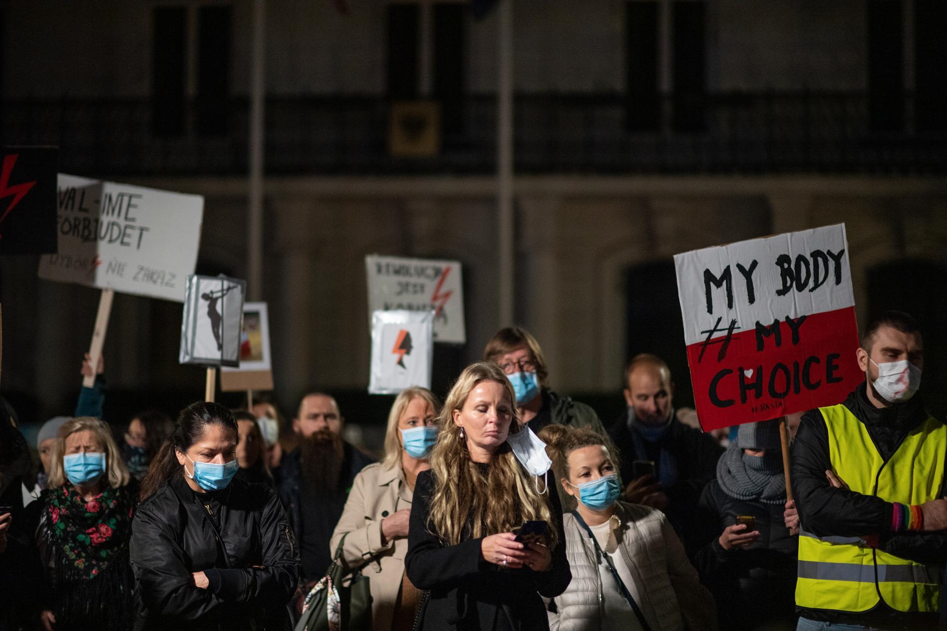 Protestdemonstration utanför polska ambassaden i Stockholm.