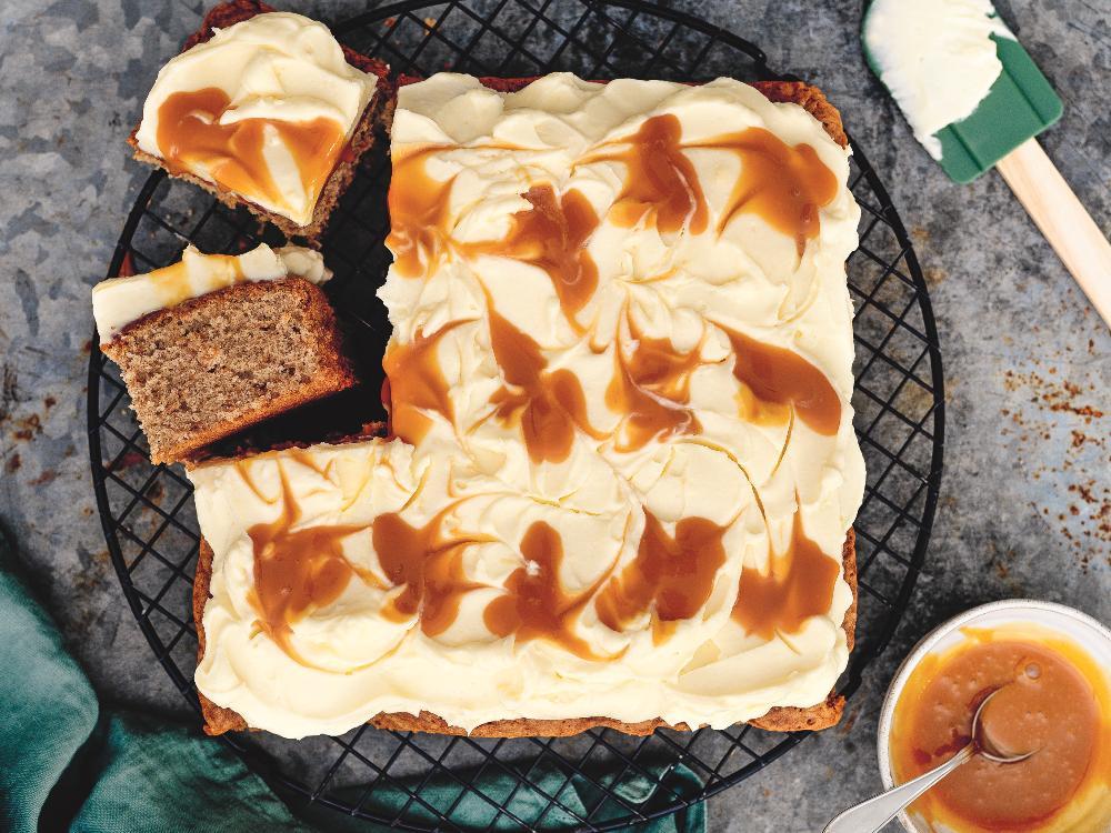 Toppa äppelkakan med en krämig frosting och läcker kolasås.
