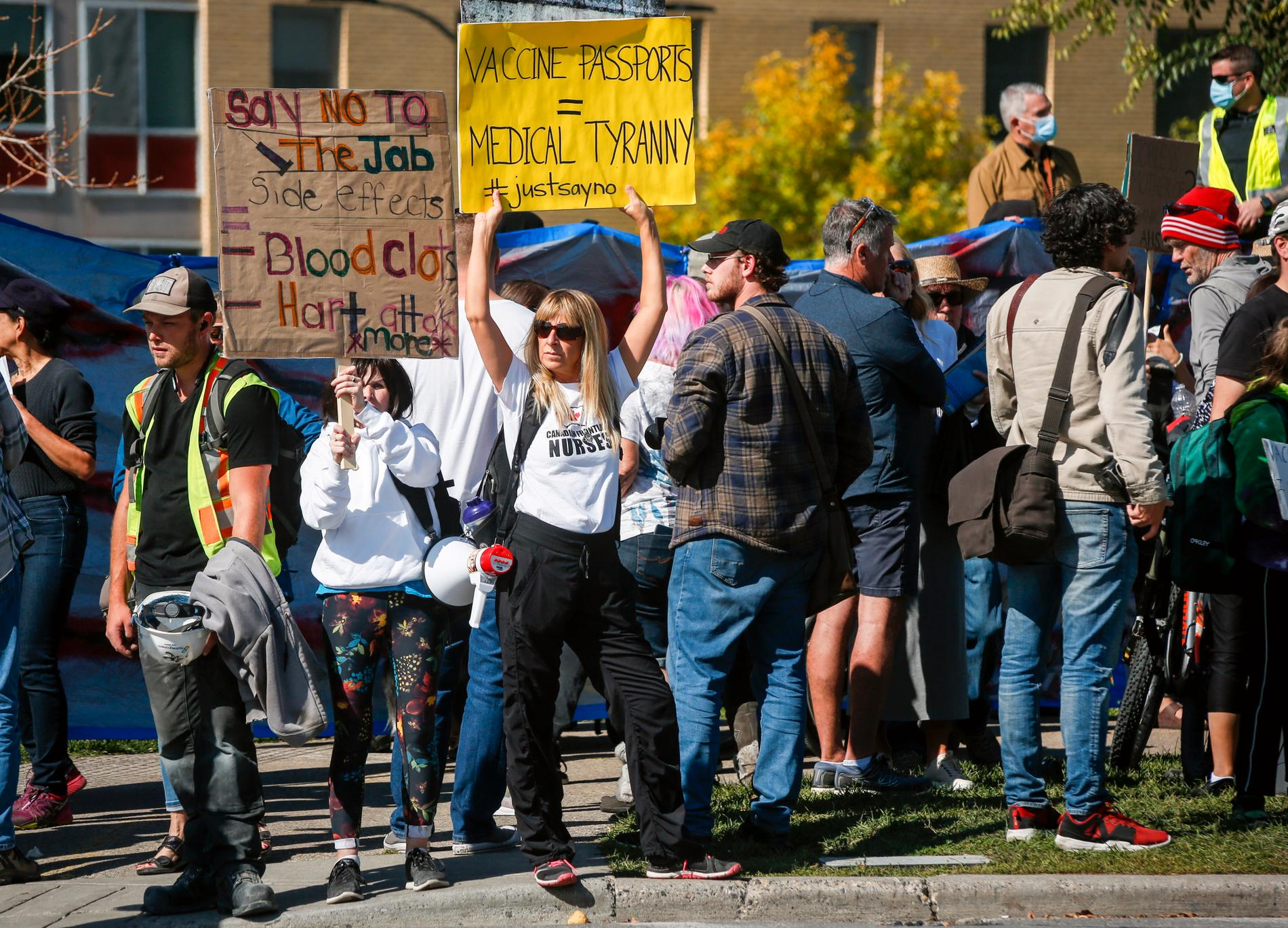 På flera håll i Kanada demonstreras det mot coronarestriktioner, vaccinpass och andra åtgärder. Här ett gäng som samlats utanför Foothills Hospital i Calgary, Alberta.