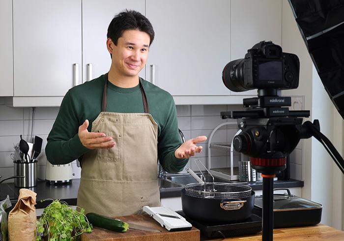 Filip Poon hemma i köket i Stockholm. Förutom att laga mat sköter han allt det tekniska – kamera, ljussättning, ljud och redigering.