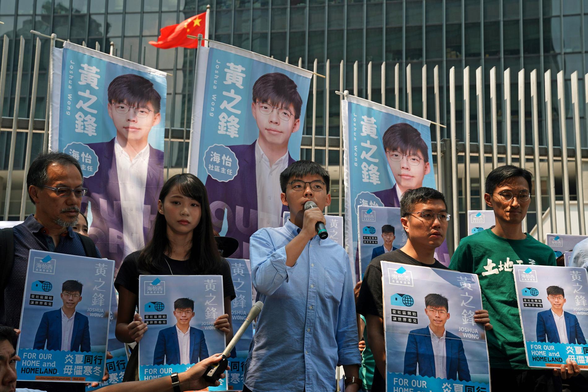 Joshua Wong, i mitten, talar vid ett evenemang för demokrati i september.