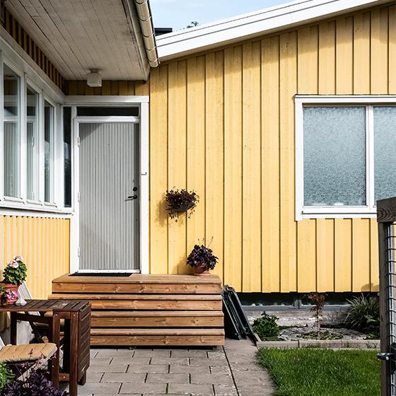 Kedjehusens karaktäriseras av stora fönsterpartier kombinerade med fönster i linjeglas, och tack vare huskropparnas placering gentemot varandra märker man knappt av sina grannar.
