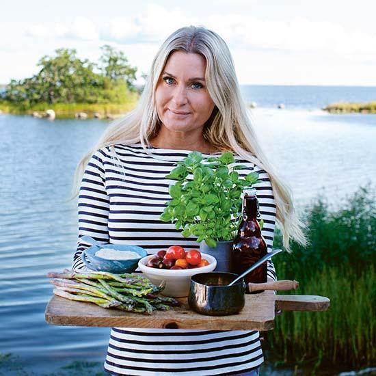 """""""Allt smakar godare utomhus"""", säger matbloggaren Jenny Warsén. Ja, vad gör man inte för att få ett avbrott i vardagen, kunna träffa vänner och umgås på distans? Så glädjen är nu stor när solen börja värma och picknick-årstiden är här."""