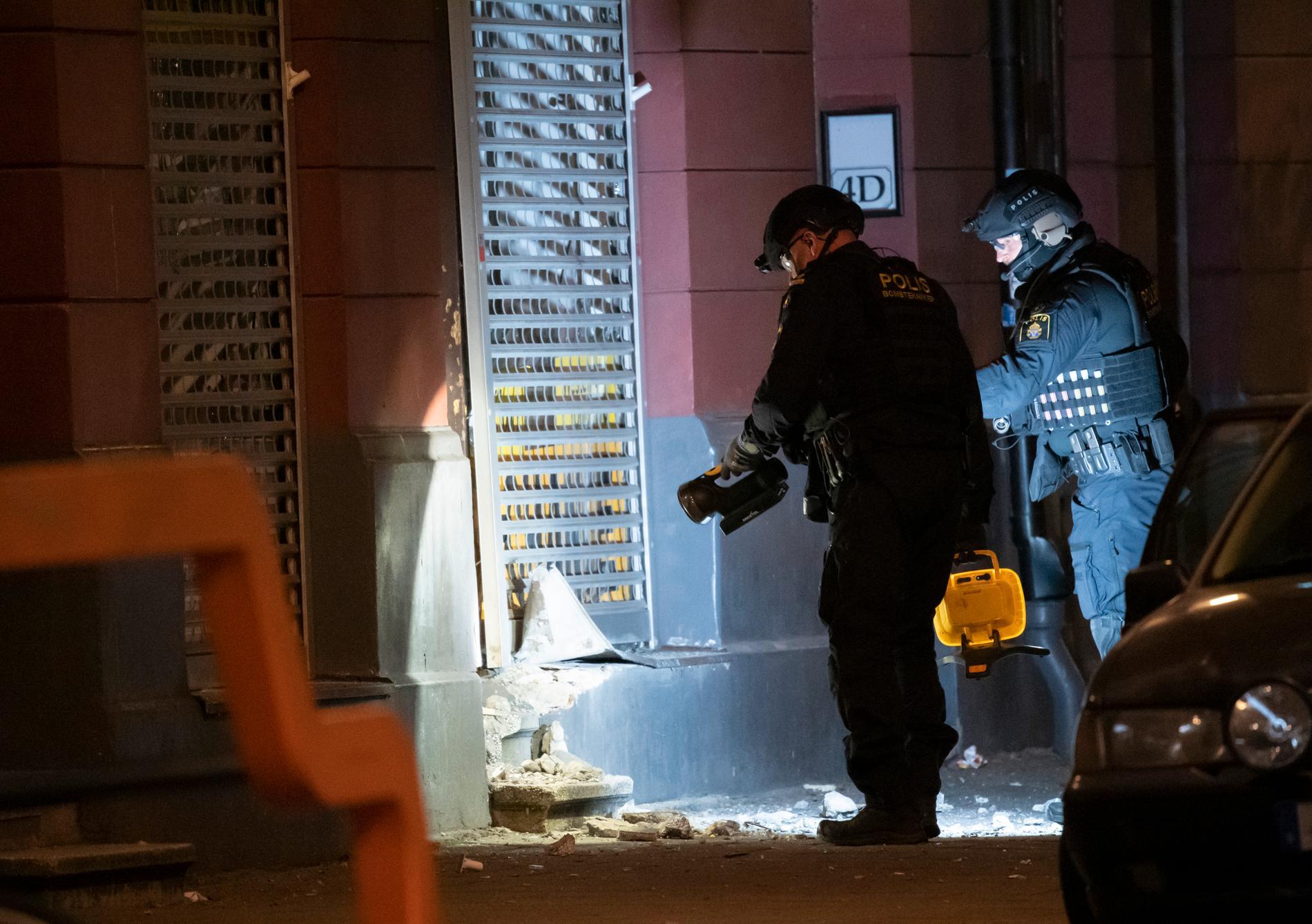 Polisens bombtekniker undersöker entrén till en butikslokal på Claesgatan vid Möllevångstorget i Malmö efter en detonation natten till fredagen.
