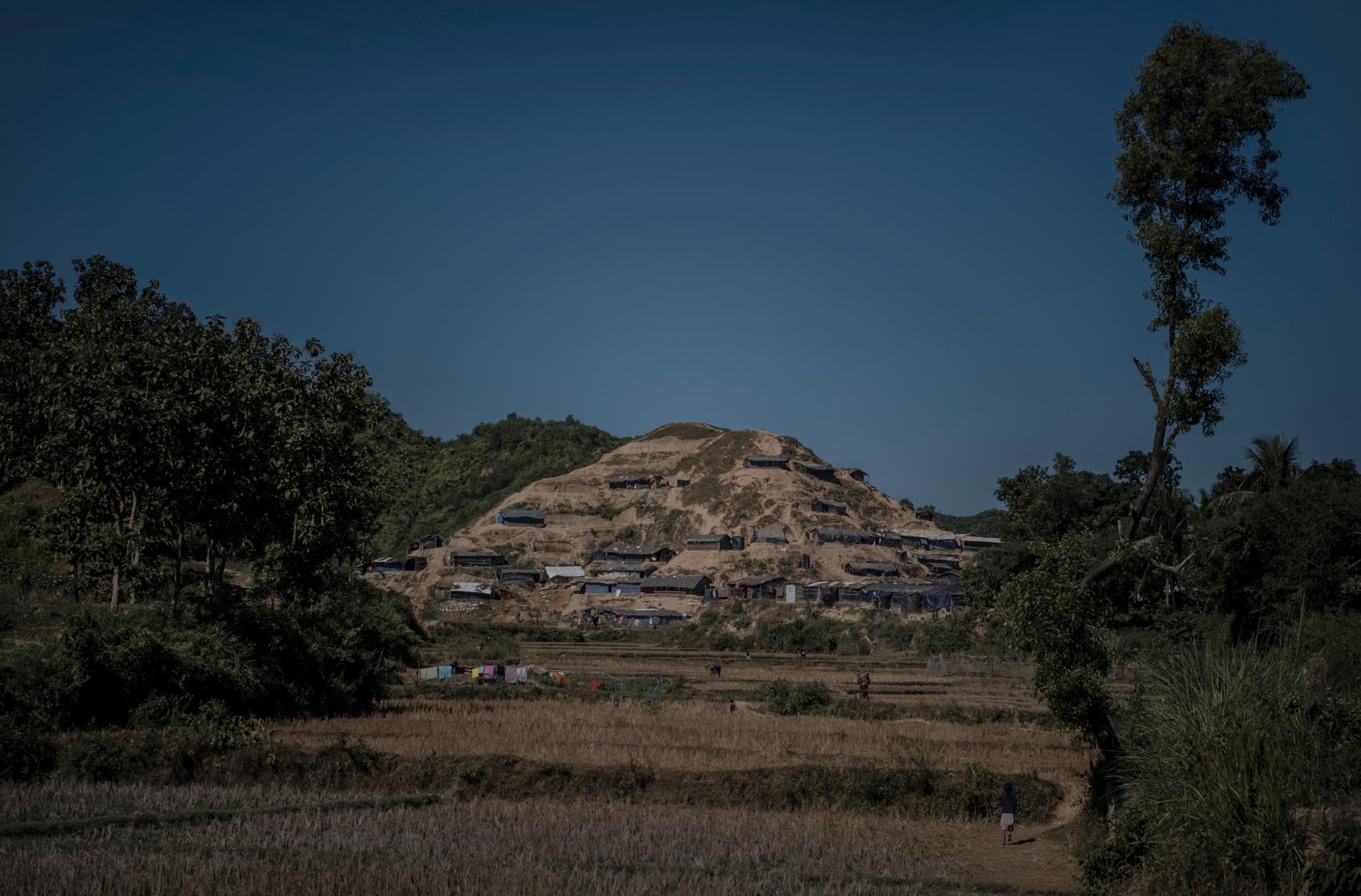 Bosättningarna i Nayapara i södra Bangladesh är provisoriskt byggda och så nya att de inte har börjat kallas flyktingläger än.