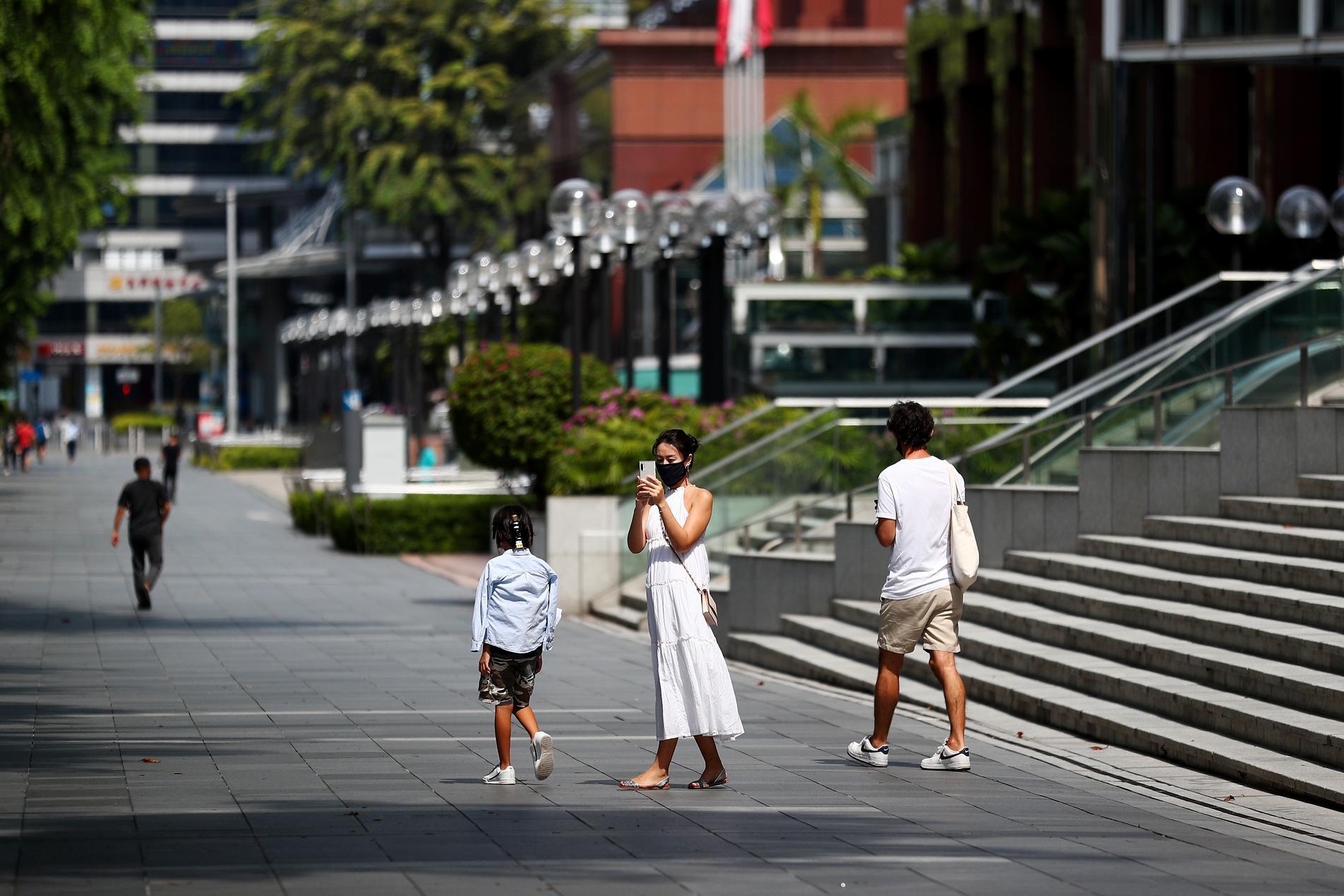 Gatorna i Singapore är ödsliga. I det lilla landet pågår ett andra utbrott av sjukdomsfall relaterade till det nya coronaviruset och smittodämpande restriktioner har införts.
