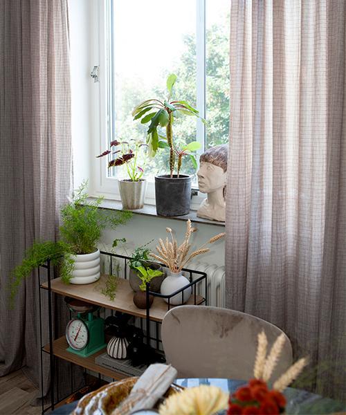 Damen i köksfönstret är fyndad på loppis, gardinerna är från Jotex och vagnen från Dorre.