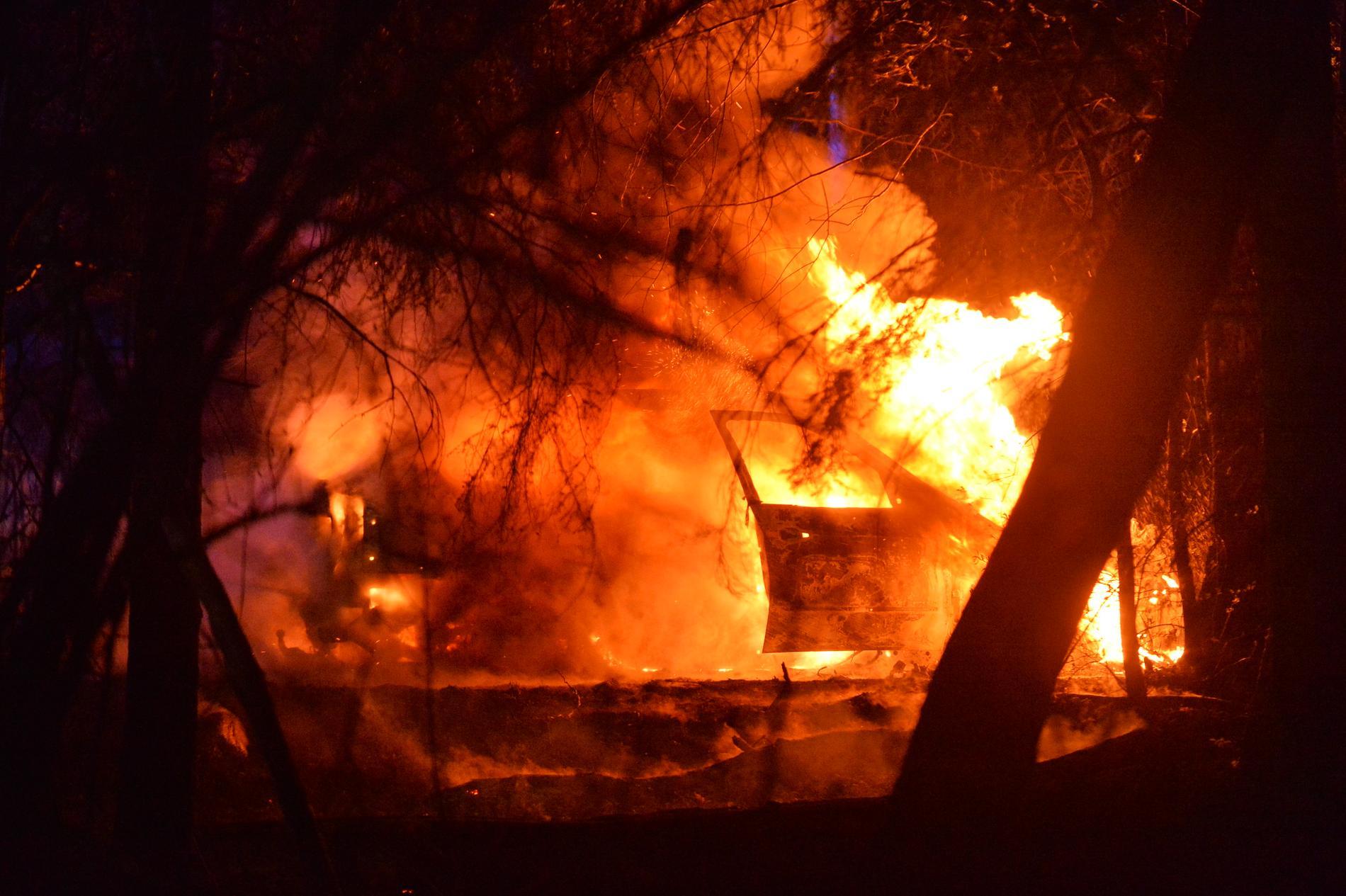 Den brinnande bilen, norr om Norrköping.