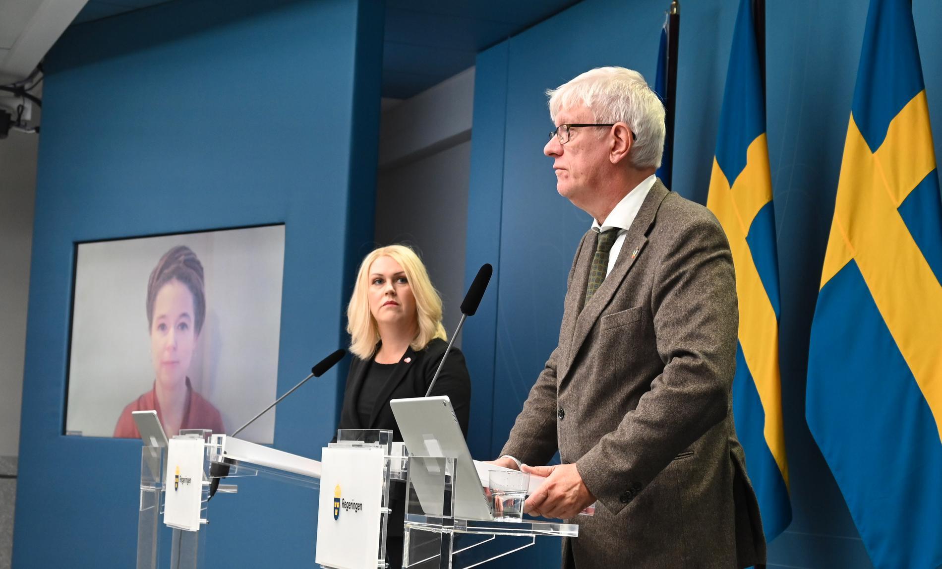 Lena Hallengren, Johan Carlson och, på skärmen, Amanda Lind