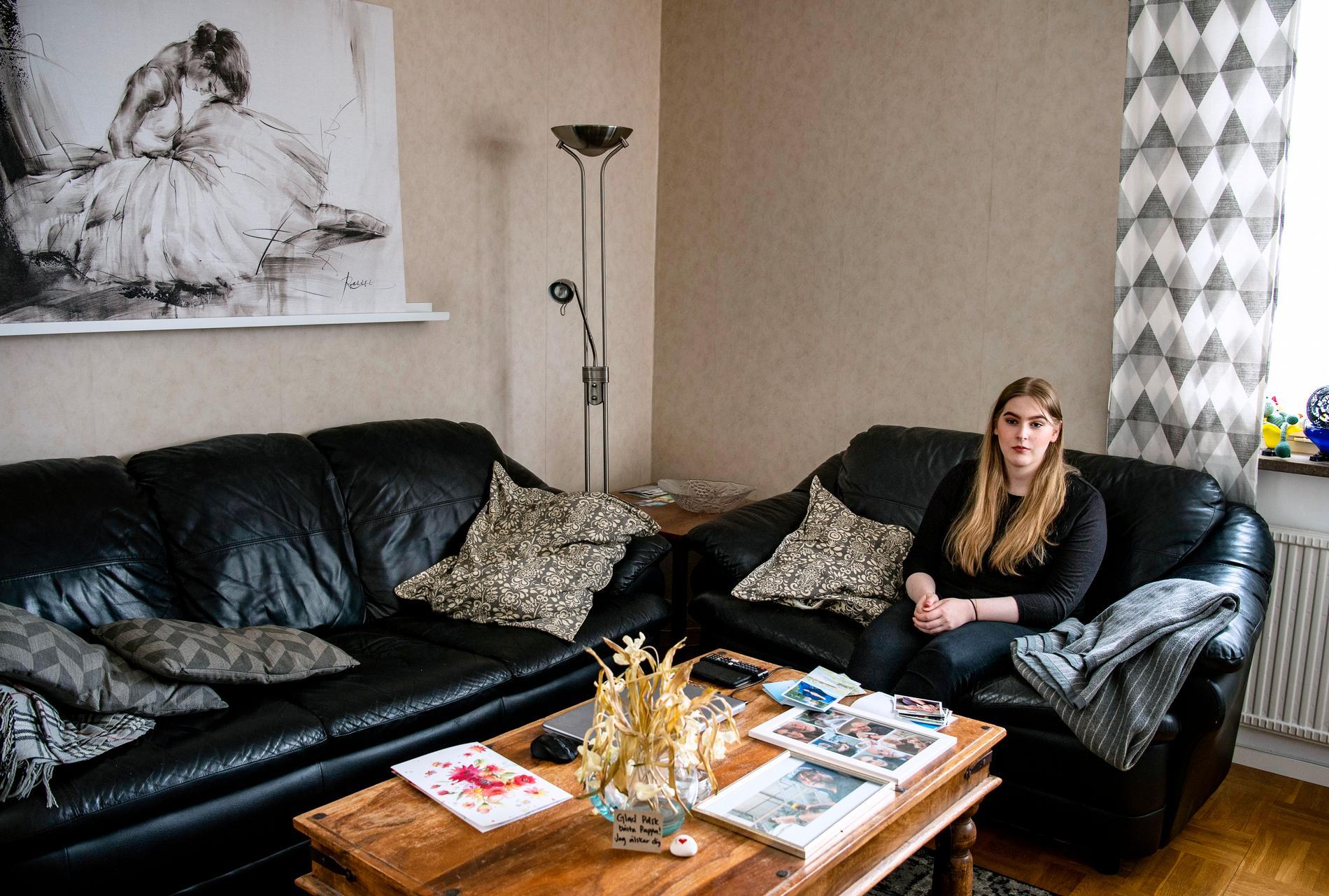 """Jessica i """"hennes"""" soffa. Björn höll till i den som är tom."""