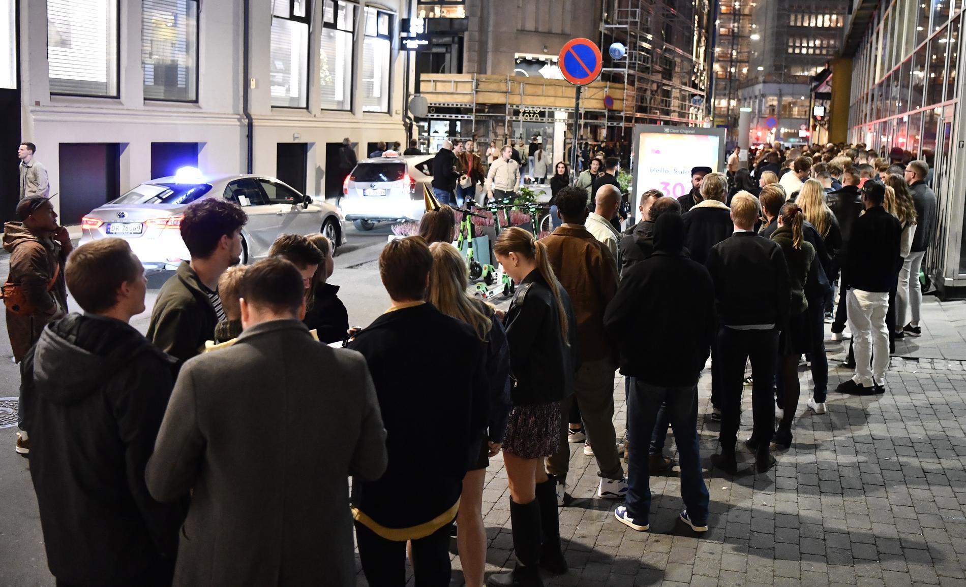 Första festkvällen efter pandemin: Kö till en nattklubb på Storgata i Oslo.