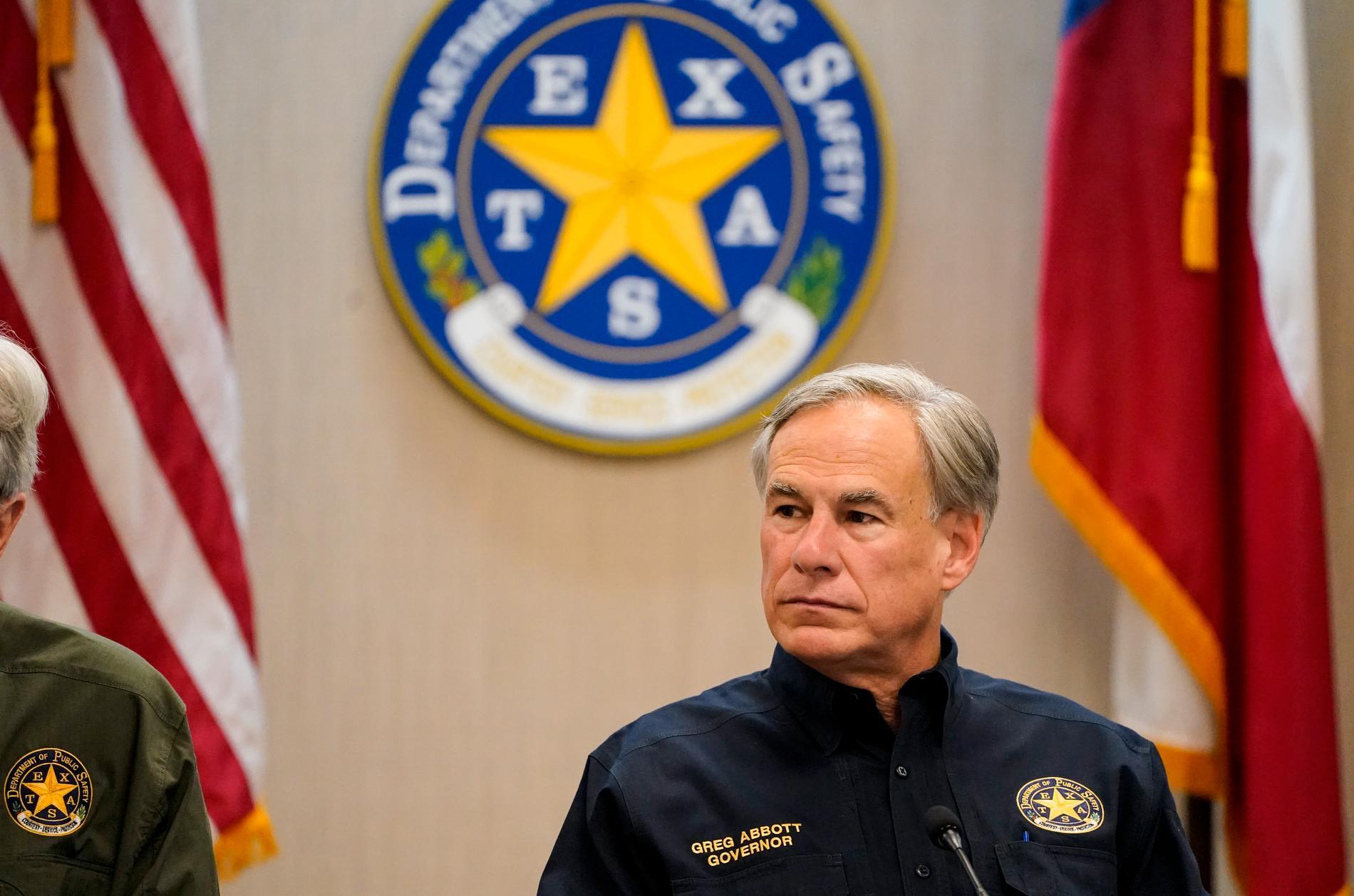 Texas guvernör Greg Abbott har begränsat transporten av migranter i delstaten, vilket har fått Bidens regering att ilskna till.