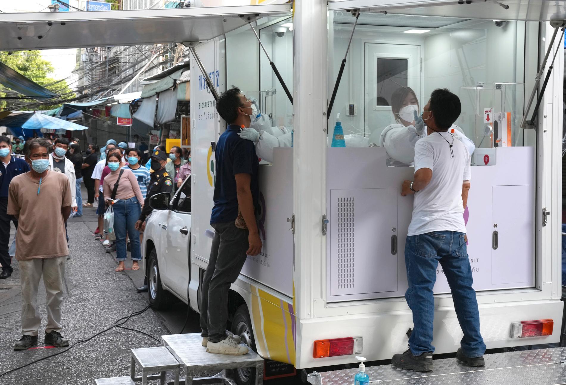 Drop in testning för coronaviruset på en marknad i Bankok.