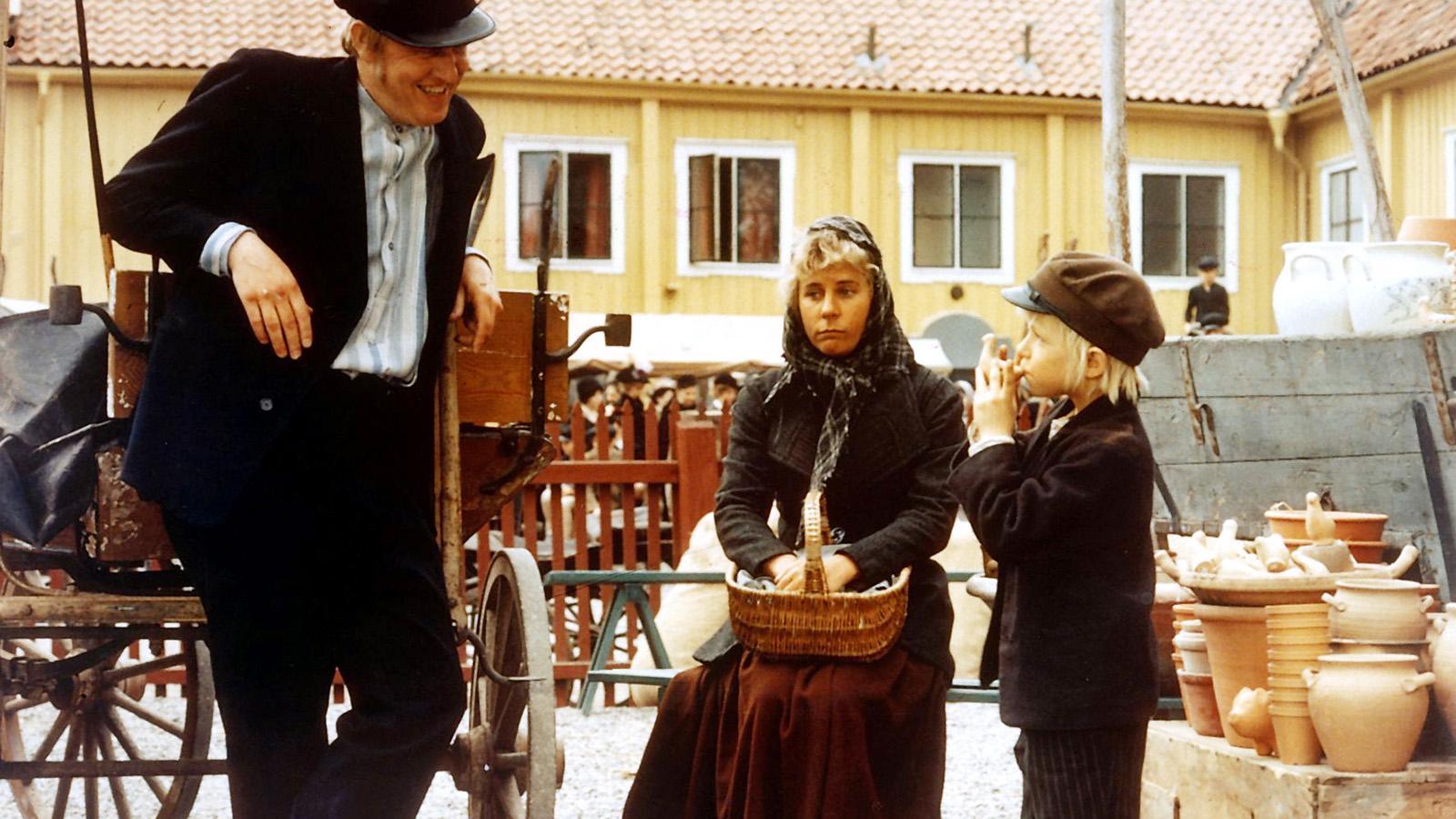 """Maud Hansson Fissoun som pigan Lina, Björn Gustafsson som drängen Alfred (till vänster) och Jan Ohlsson som Emil i Astrid Lindgrens """"Emil i Lönneberga""""."""