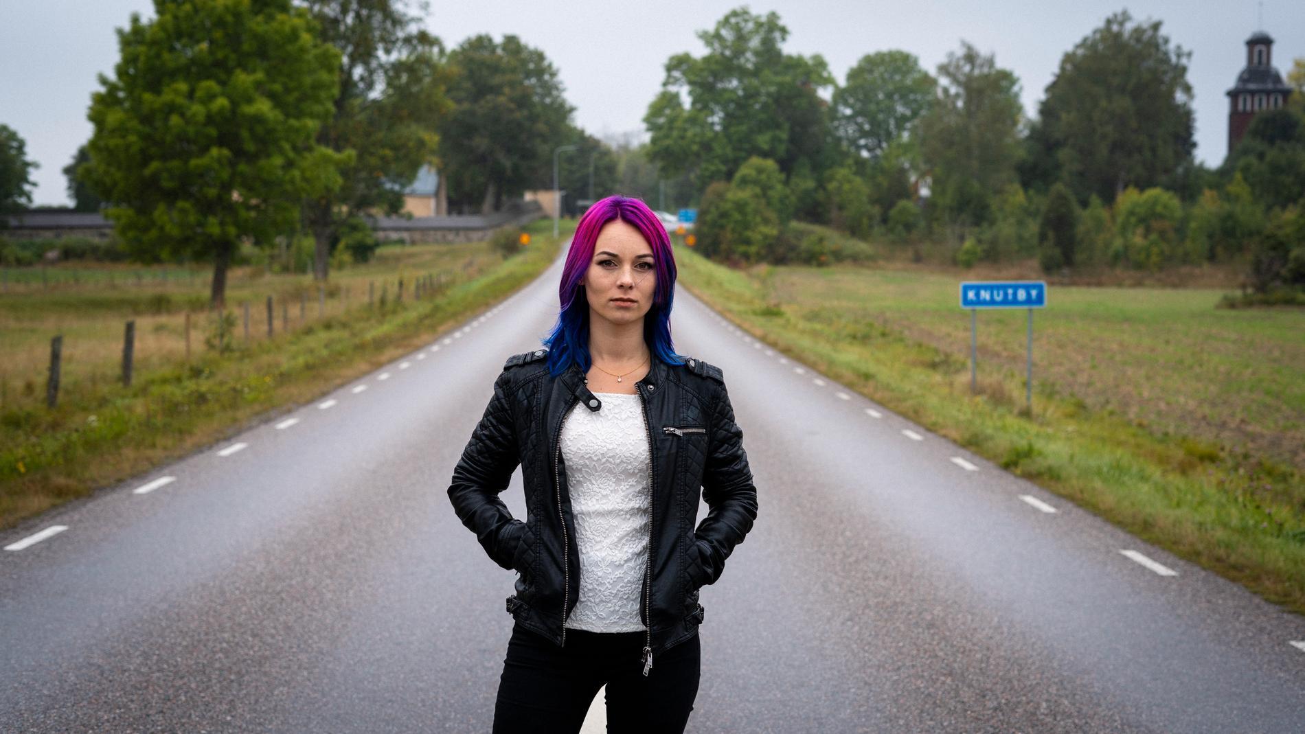"""Som barn tvingades Linnéa Kuling flytta in hos Åsa Waldau. Nu berättar hon om hur det var att växa upp i den mytomspunna församlingen i nya boken """"Knutbyflickan""""."""
