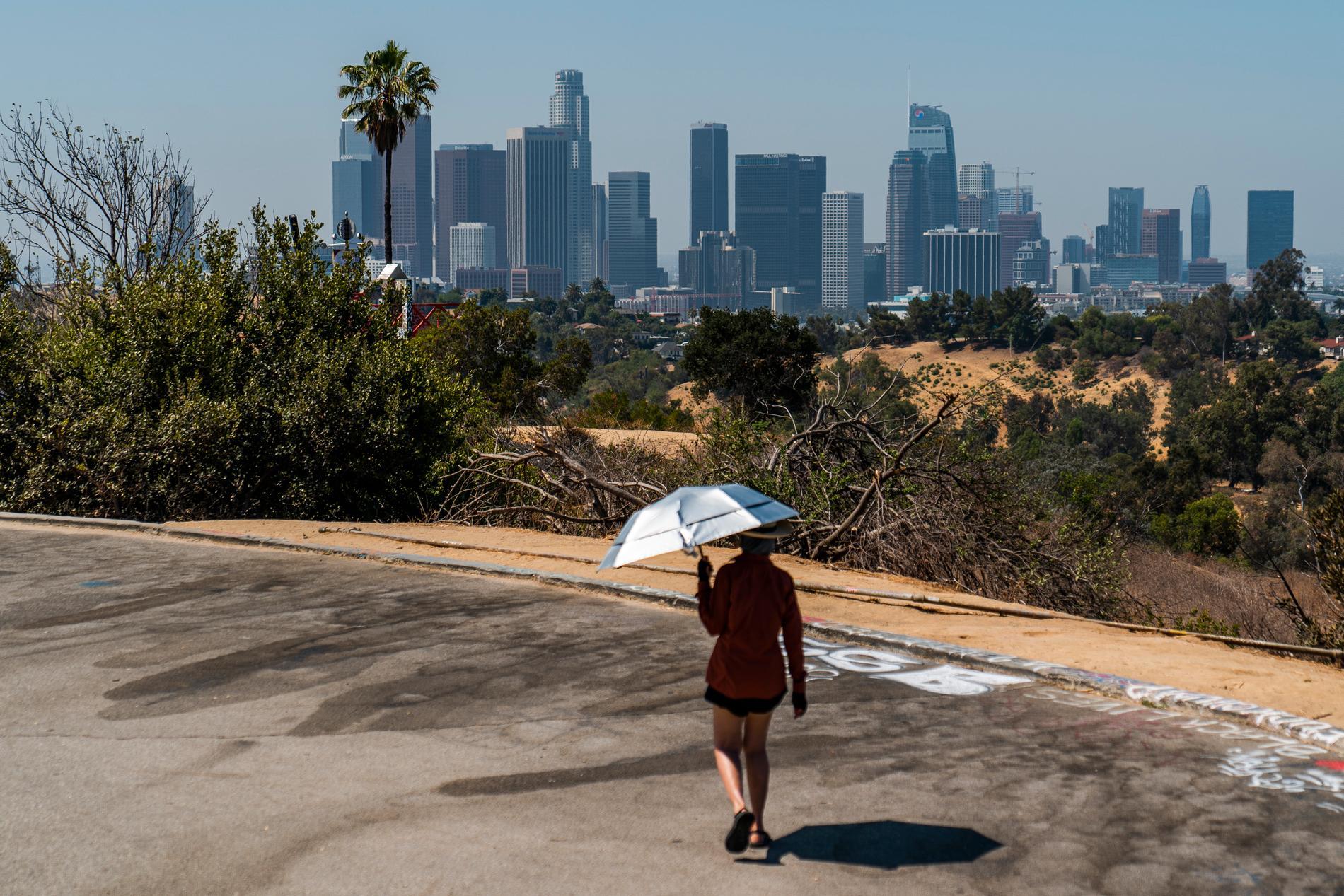 UV-blockerande paraply som skydd mot den starka solen i Los Angeles.