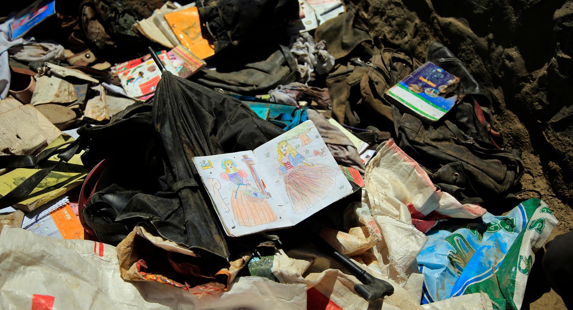 Bland bråtet efter dådet syns böcker, anteckningsböcker och annat skolmaterial.
