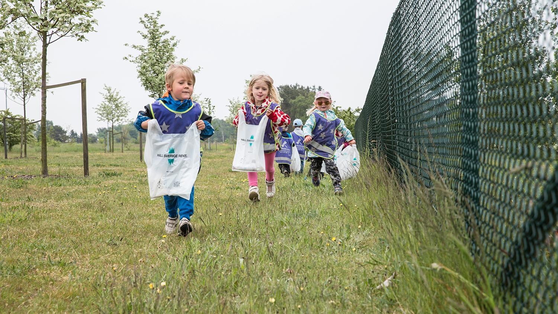 Rekordmånga har anmält sig för att plocka skräp på lördag. Vissa deltagare har mer spring i benen än andra.
