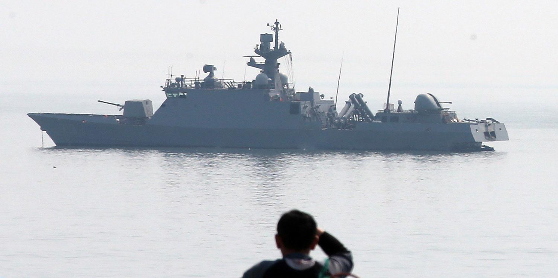 OIDENTIFIERAD DRÖNARE Ett sydkoreanskt fartyg utanför Baeknyeong, ön där en oidentifierad drönare ska ha störtat under skottlossningen mellan Nord- och Sydkorea i går.