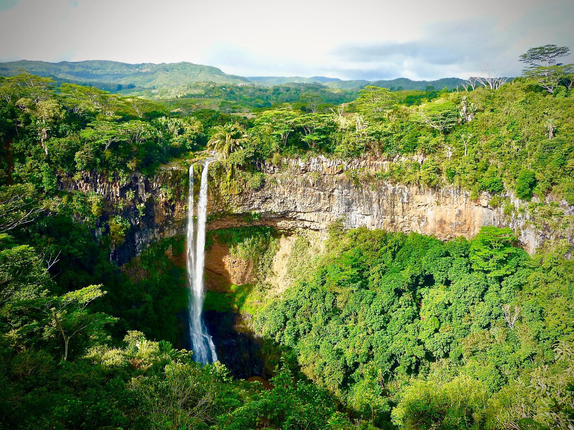 Charmelfallen är ett imponerande vattenfall på ön.