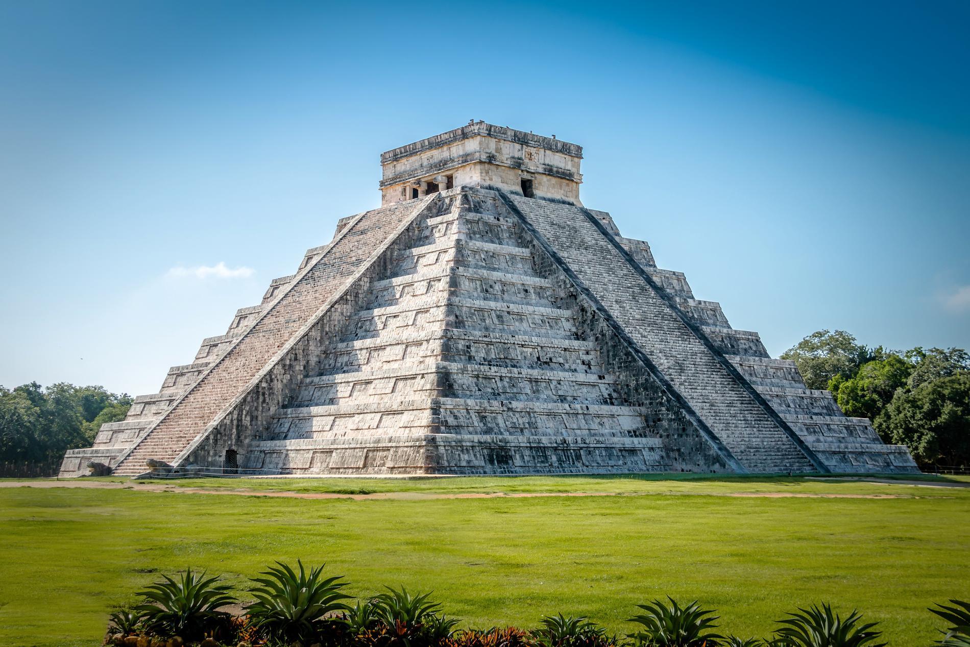 Pyramiden har nio terrasser (som representerar de nio himlavärldarna i mayatron) och 365 trapp-steg.