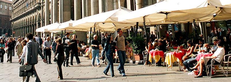 Sitt på en uteservering, titta på folk och sippa på en drink eller ät en sagolik italiensk måltid.