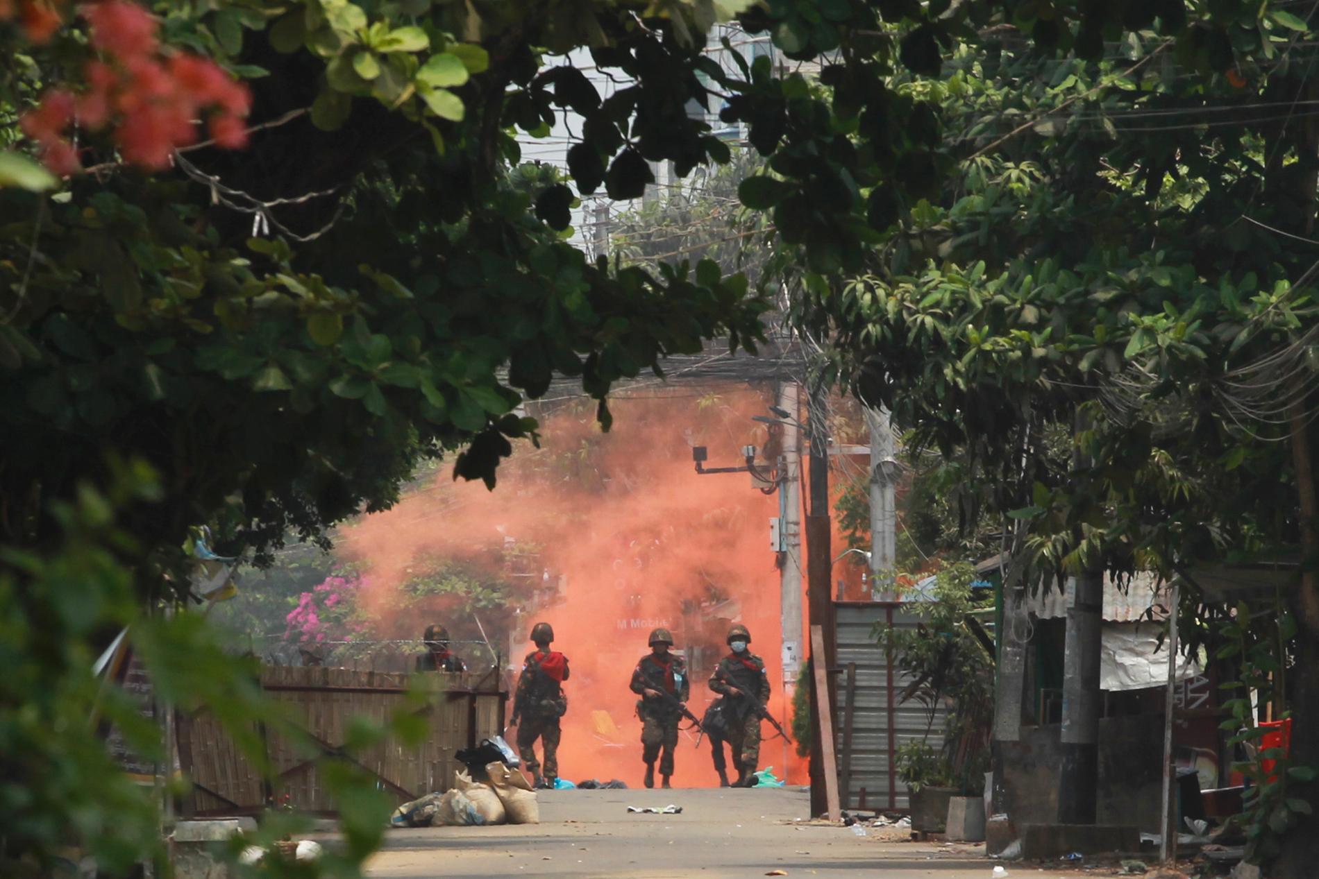 Soldater inom Myanmars militär i staden Rangoon i mars.