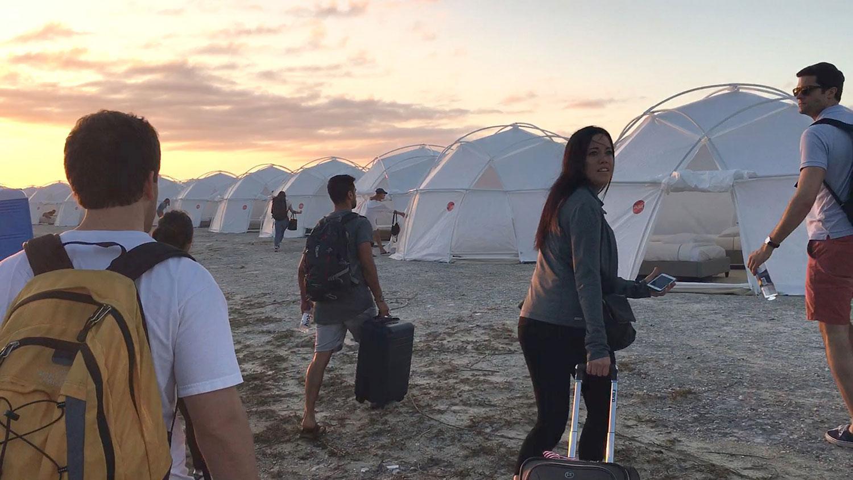 Lyxen blev misär. Festivalbesökare möttes av evakueringsboenden och matbrist.