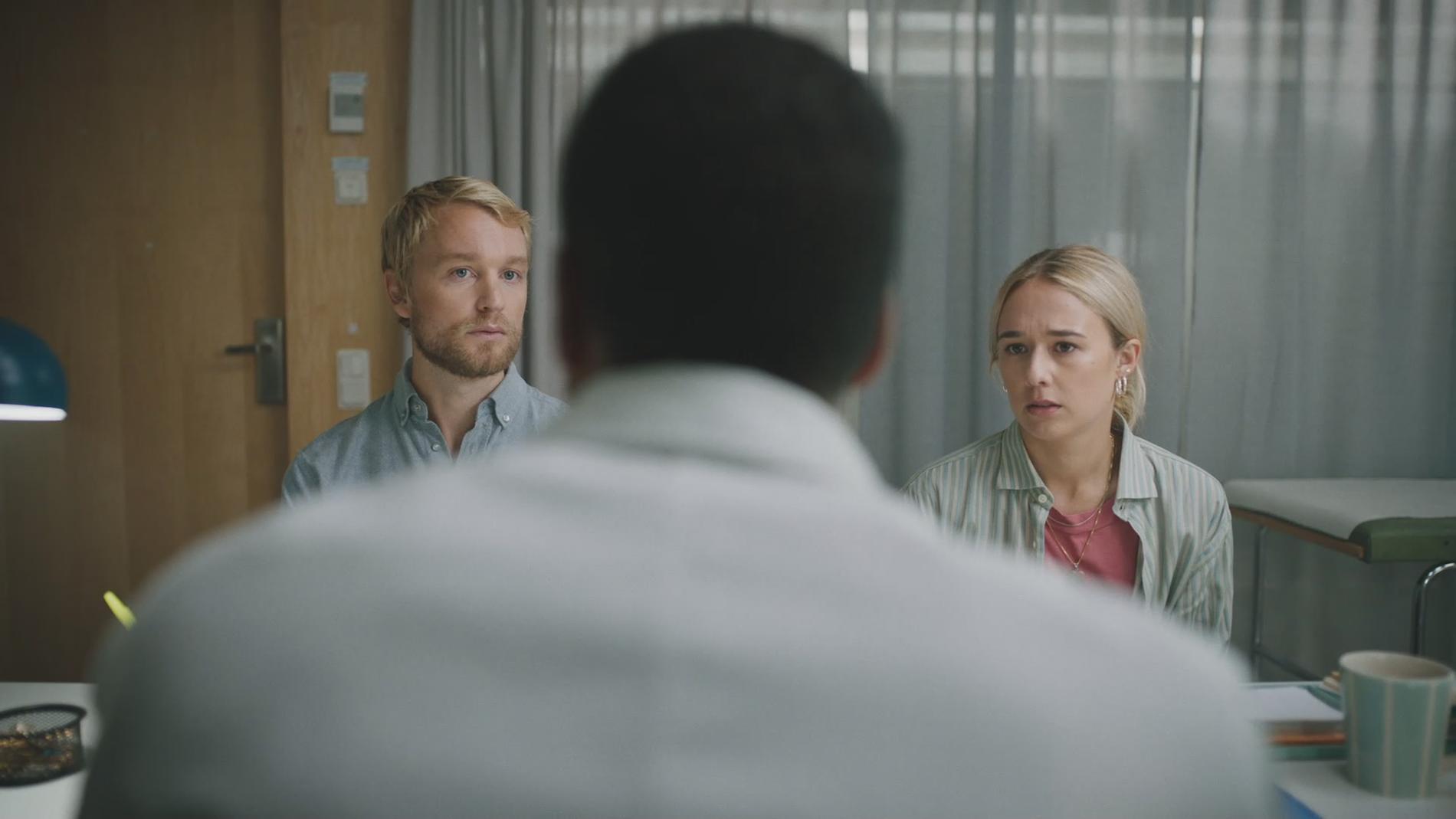 """Björn Gustafsson och Alba August spelar ett par som genomgår en IVF-process i serien """"Alla utom vi""""."""