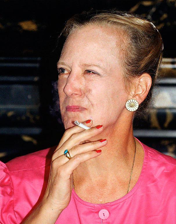Drottning Margrethe ses ofta med en cigg, här 1991.