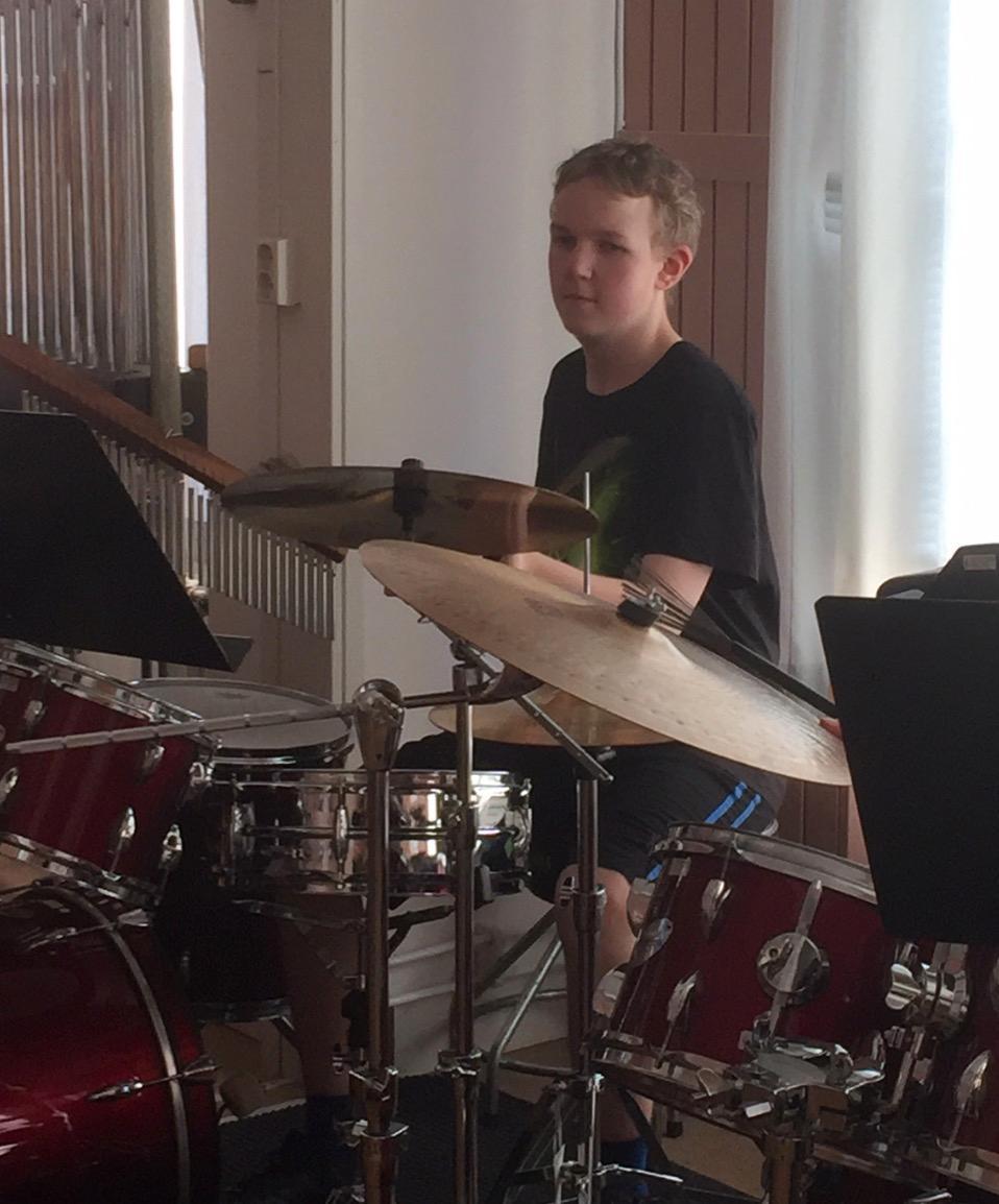 Jonathan tycker också om att spela trummor.
