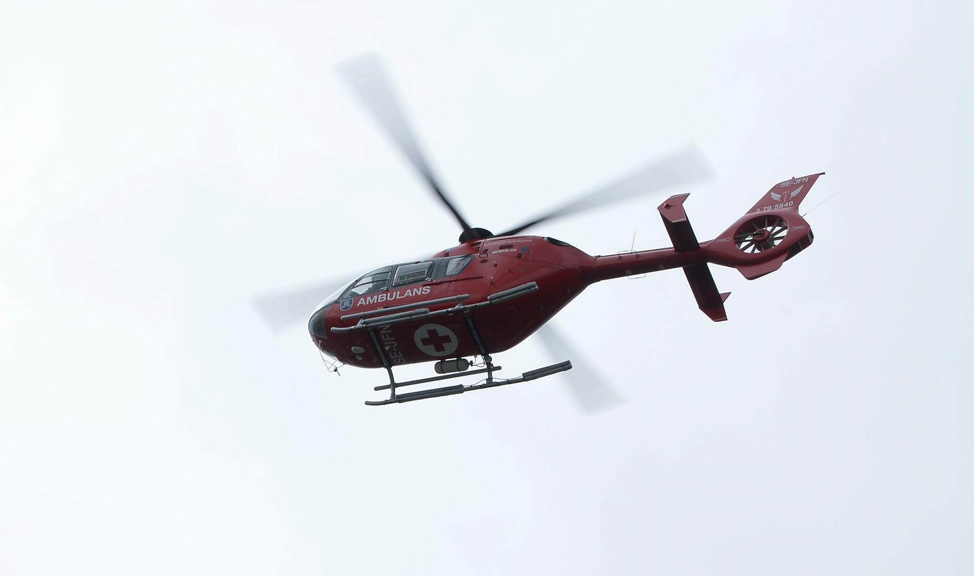 Mannen fick föras till sjukhus i ambulanshelikopter. Arkivbild.
