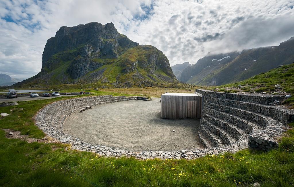 I Eggum finns en toalett i en amfiteater.